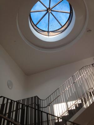 Treppenhaus mit Lichtkuppel